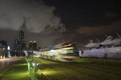 Η άποψη της διέλευσης μετρό LRT στην πόλη Kaohsiung, Ταϊβάν Όταν περνά τη νύχτα στοκ φωτογραφία με δικαίωμα ελεύθερης χρήσης
