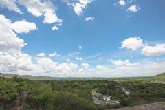Η άποψη της επαρχίας doi saket με την εικόνα βλαστών υποβάθρου μπλε ουρανού από το mae kuang φράσσει στη βόρεια Ταϊλάνδη με τη νε Στοκ Φωτογραφία