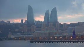 Η άποψη της νύχτας πύργων φλογών τον Ιανουάριο Μπακού, Αζερμπαϊτζάν απόθεμα βίντεο
