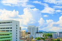 Η άποψη της οικοδόμησης του όμορφου υποβάθρου θερινού χρόνου πόλεων και ουρανού με το διάστημα αντιγράφων προσθέτει το κείμενο Στοκ Εικόνες