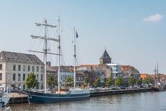 Η άποψη της πόλης από το λιμάνι με το schooner Κάτω Χώρες Ολλανδία στοκ εικόνες