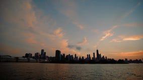 Η άποψη της πόλης των στο κέντρο της πόλης ουρανοξυστών του Σικάγου απεικόνισε στη λίμνη του Μίτσιγκαν από τη λίμνη απόθεμα βίντεο