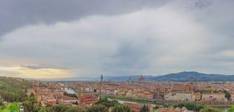 Η άποψη της πόλης της Φλωρεντίας, Ιταλία κάτω από το ηλιοβασίλεμα, είδε από το pi στοκ φωτογραφίες