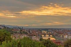 Η άποψη της πόλης της Φλωρεντίας, Ιταλία κάτω από το ηλιοβασίλεμα, είδε από το pi στοκ εικόνα