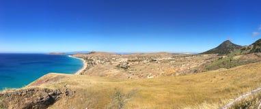 Η άποψη τοπίων της παραλίας στο Πόρτο Santo με τη σκιά της Μαδέρας στο υπόβαθρο στοκ φωτογραφία