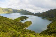 Η άποψη τοπίων caldera Agua de Πάου και Lagoa do Fogo κάτω από το σύννεφο πετούν τον ουρανό με το μεγάλο βάθος του τομέα στοκ εικόνα