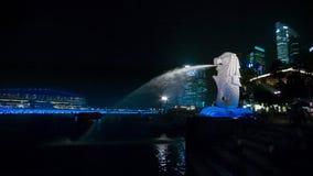 Η άποψη του αγάλματος ενός λιονταριού με ένα ψάρι παρακολουθεί - σύμβολο της Σιγκαπούρης φιλμ μικρού μήκους