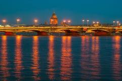 Η άποψη του αγγλικού αναχώματος, ο καθεδρικός ναός του ST Isaac και Annunciation γεφυρώνουν στη Αγία Πετρούπολη με το φωτισμό νύχ Στοκ φωτογραφία με δικαίωμα ελεύθερης χρήσης