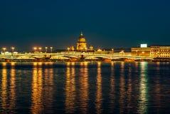 Η άποψη του αγγλικού αναχώματος, ο καθεδρικός ναός του ST Isaac και Annunciation γεφυρώνουν στη Αγία Πετρούπολη με το φωτισμό νύχ Στοκ Εικόνες