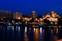 Η άποψη του αναχώματος Dnipro, Ουκρανία από τη νέα γέφυρα τη νύχτα, φω'τα απεικόνισε στο νερό στοκ εικόνα