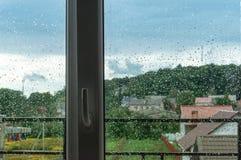 Η άποψη του βροχερού καιρού, σκληρός καιρός έξω από το παράθυρο στοκ εικόνα με δικαίωμα ελεύθερης χρήσης