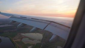 Η άποψη του ηλιοβασιλέματος από το παράθυρο του αεροπλάνου φτερό στον ήλιο Πτήση αέρα φιλμ μικρού μήκους