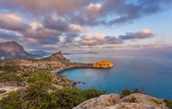 Η άποψη του κόλπου Μαύρης Θάλασσας με το βράχο στο μπροστινό, δύσκολο ακρωτήριο άναψε με το SU Στοκ Φωτογραφίες