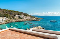 Η άποψη του νησιού Levanzo, είναι η μικρότερη των τριών νησιών Aegadian στη Μεσόγειο της Σικελίας, Ιταλία στοκ φωτογραφίες με δικαίωμα ελεύθερης χρήσης