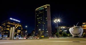 Η άποψη του ουρανοξύστη Pirelli ονόμασε τή νύχτα ` Pirellone ` κεντρικό σταθμό τραίνων Duca Δ ` Aosta στον τετραγωνικό κοντινό στ στοκ φωτογραφίες
