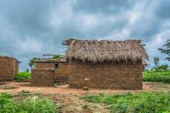 Η άποψη του παραδοσιακού χωριού, σπίτι στους τοίχους στεγών και τερακότας, δραματικός νεφελώδης ουρανός ως υπόβαθρο στοκ εικόνα με δικαίωμα ελεύθερης χρήσης