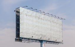 Η άποψη του παλαιού κενού πίνακα διαφημίσεων διαφήμισης με το μπλε ουρανό backgr στοκ φωτογραφίες με δικαίωμα ελεύθερης χρήσης