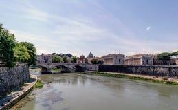Η άποψη του ποταμού Arno και το Vittorio Emanuele ΙΙ γεφυρώνει, από Στοκ Φωτογραφία