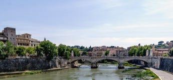 Η άποψη του ποταμού Arno και το Vittorio Emanuele ΙΙ γεφυρώνει, από Στοκ φωτογραφίες με δικαίωμα ελεύθερης χρήσης