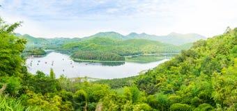 Η άποψη του πράσινου βουνού στη krathing λίμνη huai, Ταϊλάνδη Στοκ Εικόνες
