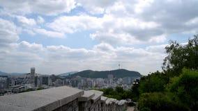 Η άποψη του πύργου Namsan στη Σεούλ από το ίχνος φρουρίων, Νότια Κορέα απόθεμα βίντεο