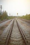 Η άποψη του σιδηροδρόμου με το πράσινο δέντρο στο αριστερό και τη δεξιά πλευρά του σιδηροδρόμου, φιλτραρισμένη εικόνα, ελαφριά επ Στοκ εικόνες με δικαίωμα ελεύθερης χρήσης