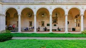 Η άποψη του σχηματισμένου αψίδα διαδρόμου και του εσωτερικού προαυλίου της δημόσια βιβλιοθήκης της Βοστώνης, όπου υπόλοιπο ντόπιω στοκ εικόνες
