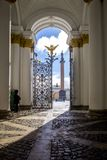 Η άποψη του τετραγώνου παλατιών, η αψίδα του Γενικού Επιτελείου και η στήλη Alexandrian με έναν άγγελο μέσω ενός ανοικτού - χυτός στοκ εικόνες