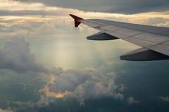 Η άποψη του φωτός του ήλιου λάμπει φτερό ακτίνων και αεροπλάνων Στοκ Φωτογραφία