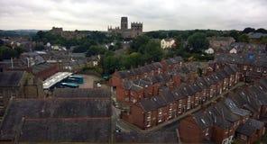 Η άποψη του Ariel της πόλης Durham που παρουσιάζει οδούς του παλαιού τούβλου στεγάζει τον καθεδρικό ναό και το κάστρο με τα δέντρ Στοκ φωτογραφία με δικαίωμα ελεύθερης χρήσης