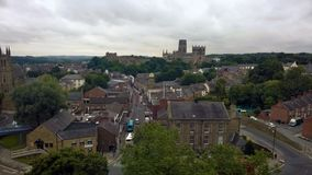 Η άποψη του Ariel της πόλης Durham που παρουσιάζει οδούς του παλαιού τούβλου στεγάζει τον καθεδρικό ναό και το κάστρο με τα δέντρ Στοκ εικόνες με δικαίωμα ελεύθερης χρήσης