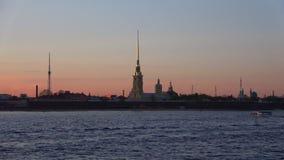 Η άποψη του Peter και του φρουρίου του Paul μπορεί μέσα λυκόφως γέφυρα okhtinsky Πετρούπολη Ρωσία Άγιος απόθεμα βίντεο