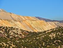 Η άποψη των βουνών ορυχείου χαλκού Bingham στην πεζοπορία πτώσης φθινοπώρου αυξήθηκε κίτρινο δίκρανο φαραγγιών, μεγάλοι βράχος κα Στοκ φωτογραφία με δικαίωμα ελεύθερης χρήσης