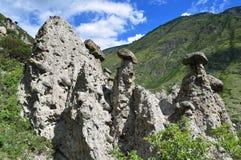 Η άποψη των βράχων λιθοστρώνει τα μανιτάρια μια σαφή ηλιόλουστη ημέρα με λίγο cloudiness στοκ εικόνα