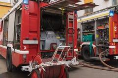 Η άποψη των δύο πυροσβεστικών οχημάτων έφθασε στον τόπο διαδραματιζόμενων γεγονότων της πυρκαγιάς στοκ φωτογραφία