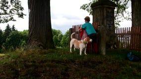 Η άποψη των παιδιών με το σκυλί πηγαίνει για έναν περίπατο Παιδιά έξω απόθεμα βίντεο