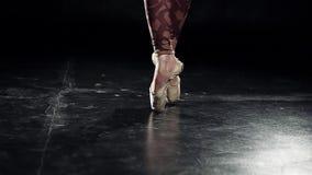Η άποψη των ποδιών στα κίτρινα χρυσά παπούτσια pointe είναι μπαλέτο επαγγελματικά χορού απόθεμα βίντεο