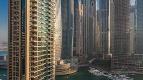 Η άποψη των σύγχρονων ουρανοξυστών που λάμπουν στην ανατολή ανάβει timelapse στη μαρίνα του Ντουμπάι στο Ντουμπάι, Ε.Α.Ε. απόθεμα βίντεο