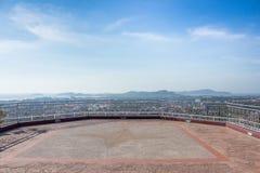 Η άποψη χτύπησε το λόφο στο μπλε ουρανό στο phuket Ταϊλάνδη Στοκ Εικόνες