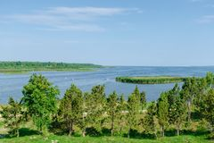 Η άποψη όμορφου βλέπει το τοπίο σε Saaremaa, Εσθονία στοκ εικόνες