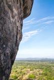 Η άποψη όπως βλέπει από την απότομη ανάβαση μέχρι την κορυφή Sigiriya, στοκ εικόνες