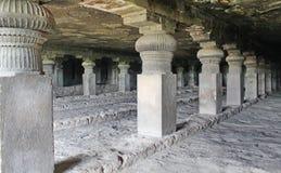 Η άποψη GarbhaGriha και των στυλοβατών στη σπηλιά Νο 14, Ellora ανασκάπτει, Ινδία Στοκ Εικόνες