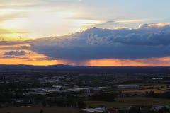 Η άποψη Panoramatic σχετικά με την πόλη Ceske Budejovice στο ηλιοβασίλεμα, κλείνει επάνω το pH Στοκ Εικόνες