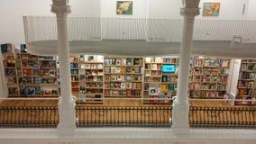 Η άσπρη βιβλιοθήκη Στοκ φωτογραφία με δικαίωμα ελεύθερης χρήσης