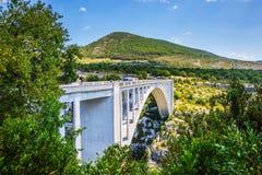Η άσπρη γέφυρα πέρα από τον ποταμό Artuby Στοκ φωτογραφίες με δικαίωμα ελεύθερης χρήσης