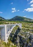 Η άσπρη γέφυρα πέρα από υποτελές Artuby Στοκ φωτογραφία με δικαίωμα ελεύθερης χρήσης