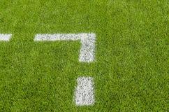 Η άσπρη γραμμή που χαρακτηρίζει στο τεχνητό πράσινο γήπεδο ποδοσφαίρου χλόης Στοκ Εικόνες