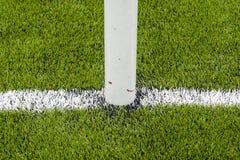 Η άσπρη γραμμή που χαρακτηρίζει στο τεχνητό πράσινο γήπεδο ποδοσφαίρου χλόης Στοκ Εικόνα