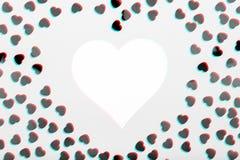 Η άσπρη καρδιά με ακτινοβολεί κομφετί καρδιών Έννοια ημέρας βαλεντίνων Το καθιερώνον τη μόδα minimalistic επίπεδο βάζει το υπόβαθ στοκ φωτογραφία με δικαίωμα ελεύθερης χρήσης