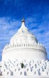 Η άσπρη παγόδα του ναού paya Hsinbyume Στοκ Φωτογραφία